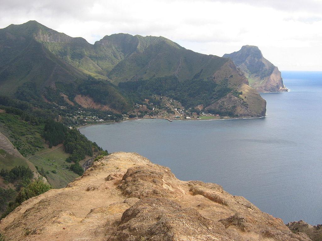 1024px-Isla_Juan_Fernandez_(vista_hacia_Robinson_Crusoe_desde_Montaña)-1